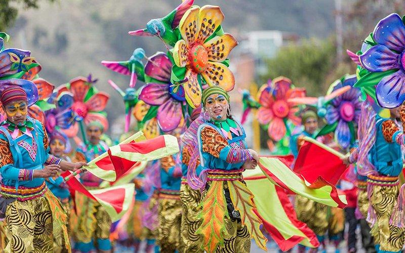 Desfile coreográficos en el Carnaval de Negros y Blancos