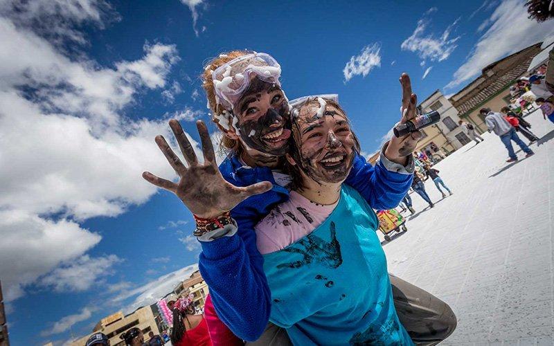 Juego de la pintica Día de Negros en el Carnaval de Pasto