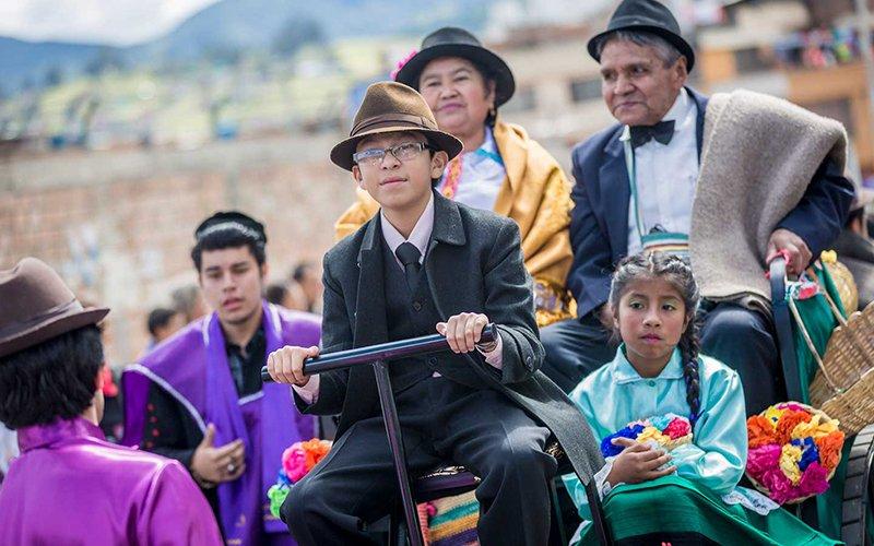 Desfile Familia Castañeda en el Carnaval de Negros y Blancos